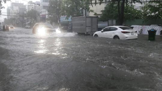 Đường phố Đà Nẵng biến thành sông sau trận mưa lớn kéo dài nhiều giờ - ảnh 16