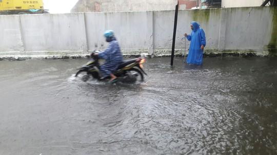 Đường phố Đà Nẵng biến thành sông sau trận mưa lớn kéo dài nhiều giờ - ảnh 19