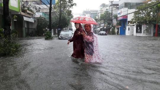 Đường phố Đà Nẵng biến thành sông sau trận mưa lớn kéo dài nhiều giờ - ảnh 20