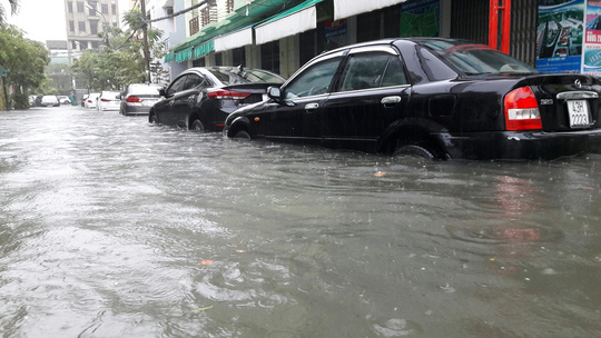 Đường phố Đà Nẵng biến thành sông sau trận mưa lớn kéo dài nhiều giờ - ảnh 21