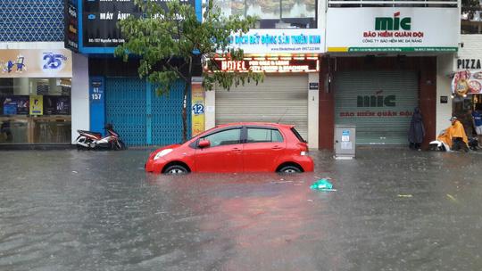 Đường phố Đà Nẵng biến thành sông sau trận mưa lớn kéo dài nhiều giờ - ảnh 22
