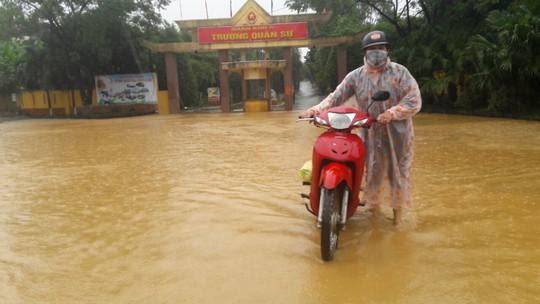 Quốc lộ, đường sắt qua Đà Nẵng bị tê liệt do ngập nặng - Ảnh 4.