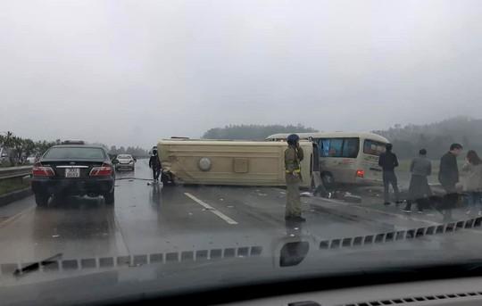 2 xe khách tông nhau trên cao tốc Nội Bài-Lào Cai, nhiều hành khách bị thương - ảnh 2