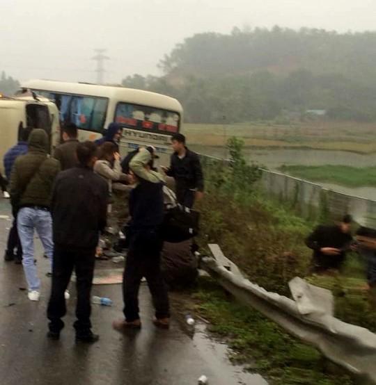 2 xe khách tông nhau trên cao tốc Nội Bài-Lào Cai, nhiều hành khách bị thương - ảnh 3
