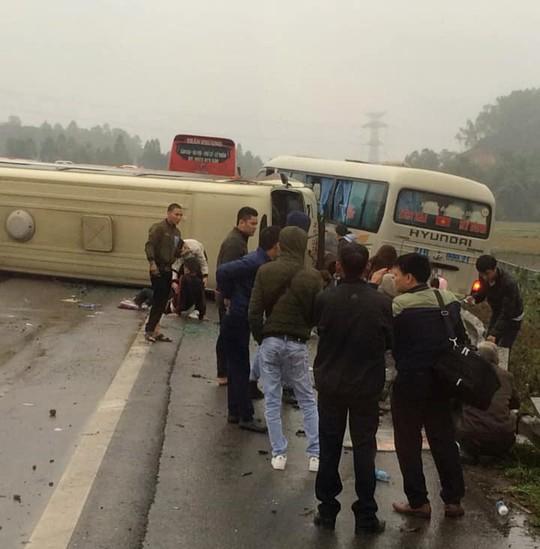 2 xe khách tông nhau trên cao tốc Nội Bài-Lào Cai, nhiều hành khách bị thương - ảnh 1