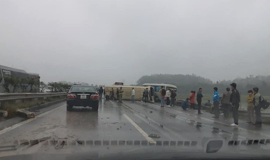 2 xe khách tông nhau trên cao tốc Nội Bài-Lào Cai, nhiều hành khách bị thương - ảnh 7
