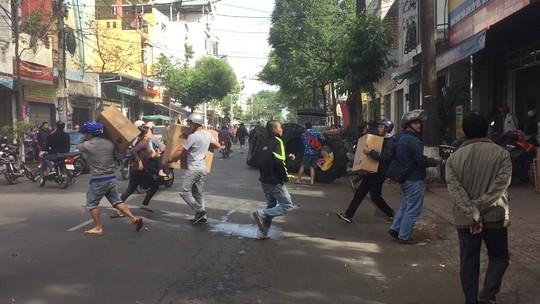 Clip: Hàng trăm người lao vào đám cháy cứu tài sản - Ảnh 1.