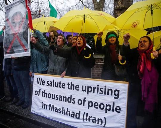 Biểu tình bạo lực ở Iran, hơn 10 người thiệt mạng - Ảnh 3.