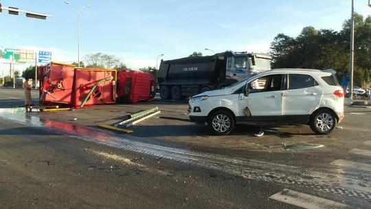 Xe cứu hỏa tông 3 ô tô khi đi chữa cháy - Ảnh 3.