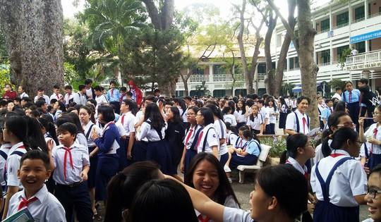 Cháy trường Lê Quý Đôn, hàng trăm học sinh nháo nhào - Ảnh 1.