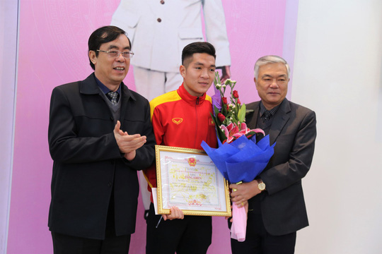 Quảng Trị tuyên dương tiền vệ U23 Việt Nam Trương Văn Thái Quý - Ảnh 1.