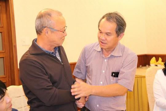 HLV Park Hang Seo khuấy động Pleiku khi gặp bầu Đức - Ảnh 4.