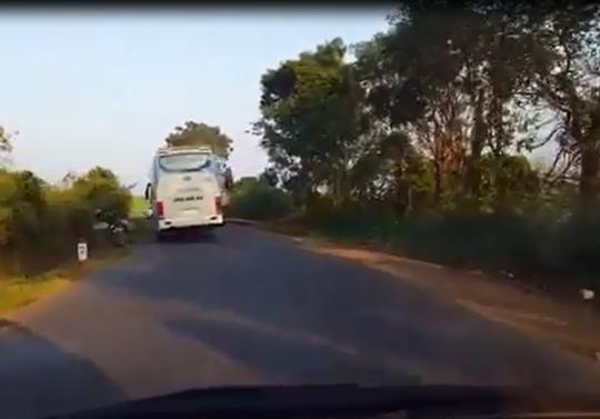 Xe khách lấn làn, gián tiếp gây tai nạn rồi bỏ mặc nạn nhân - Ảnh 1.