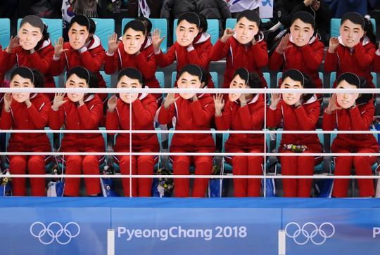 Tranh cãi quanh chiếc mặt nạ của đội cổ động Triều Tiên - Ảnh 1.