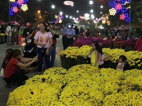 Khai mạc chợ hoa xuân Bình Điền - Ảnh 2.