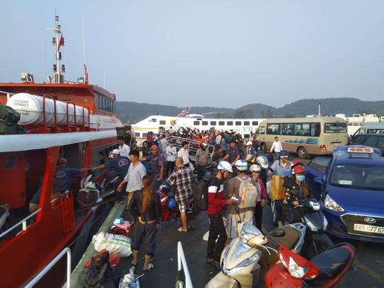 Bến tàu, bến phà ở Phú Quốc chật kín người về quê ăn Tết - Ảnh 3.