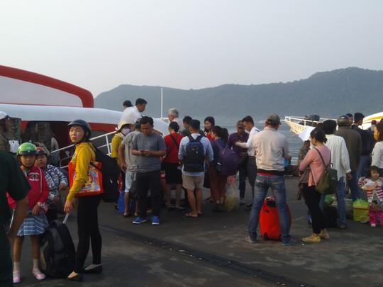 Bến tàu, bến phà ở Phú Quốc chật kín người về quê ăn Tết - Ảnh 2.