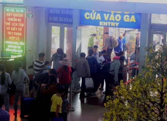 Nhiều tàu trễ giờ do sự cố, hàng ngàn khách vạ vật ở Ga Sài Gòn - Ảnh 2.