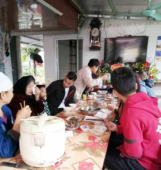 Clip gia đình tuyển thủ U23 Việt Nam Văn Thanh sum vầy vui như Tết - Ảnh 3.