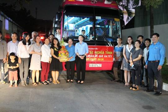 Hơn 150 công nhân được đài thọ xe về quê ăn Tết - Ảnh 1.