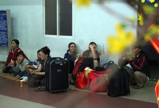 Hàng ngàn hành khách vật vờ ở ga Sài Gòn trong đêm - Ảnh 17.