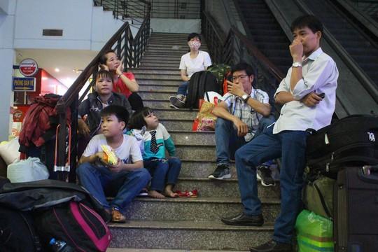 Hàng ngàn hành khách vật vờ ở ga Sài Gòn trong đêm - Ảnh 16.