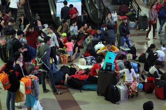 Hàng ngàn hành khách vật vờ ở ga Sài Gòn trong đêm - Ảnh 3.