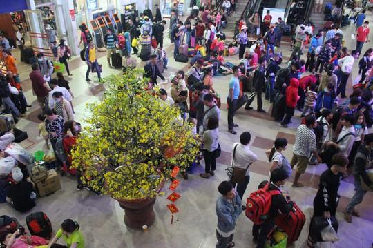 Hàng ngàn hành khách vật vờ ở ga Sài Gòn trong đêm - Ảnh 2.