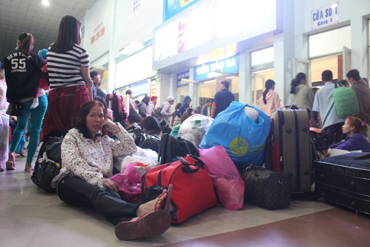 Hàng ngàn hành khách vật vờ ở ga Sài Gòn trong đêm - Ảnh 11.
