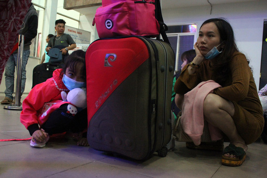 Hàng ngàn hành khách vật vờ ở ga Sài Gòn trong đêm - Ảnh 4.