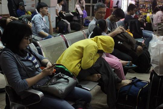 Hàng ngàn hành khách vật vờ ở ga Sài Gòn trong đêm - Ảnh 8.