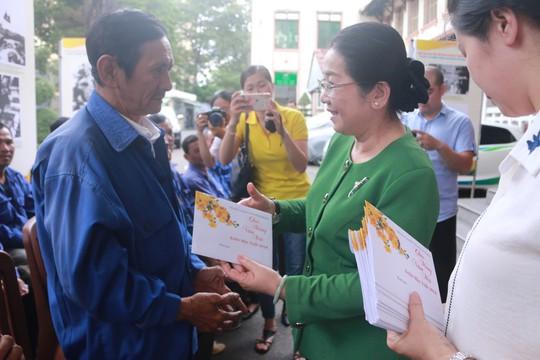 Động viên, tặng quà Tết đoàn viên nghiệp đoàn xe ôm quận 1, TP HCM - Ảnh 1.