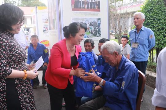 Động viên, tặng quà Tết đoàn viên nghiệp đoàn xe ôm quận 1, TP HCM - Ảnh 2.