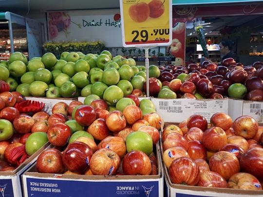 Cam, táo ngoại đồng giá 30.000 đồng/kg, người dân đổ xô mua về ăn Tết - Ảnh 1.