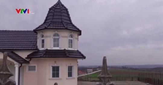Đột nhập làng đại gia nhưng vắng bóng người ở Serbia - Ảnh 2.