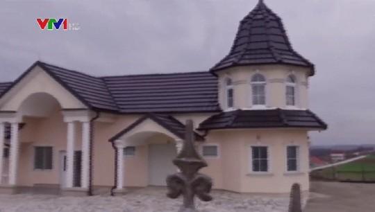 Đột nhập làng đại gia nhưng vắng bóng người ở Serbia - Ảnh 3.