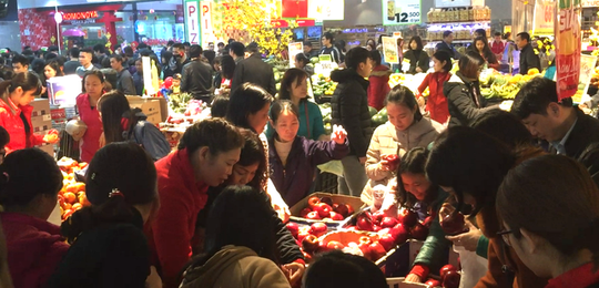 Cam, táo ngoại đồng giá 30.000 đồng/kg, người dân đổ xô mua về ăn Tết - Ảnh 4.