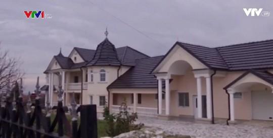Đột nhập làng đại gia nhưng vắng bóng người ở Serbia - Ảnh 4.
