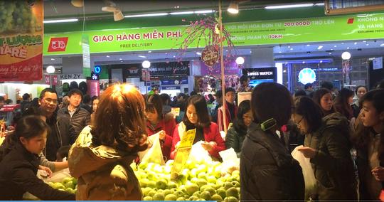 Cam, táo ngoại đồng giá 30.000 đồng/kg, người dân đổ xô mua về ăn Tết - Ảnh 5.