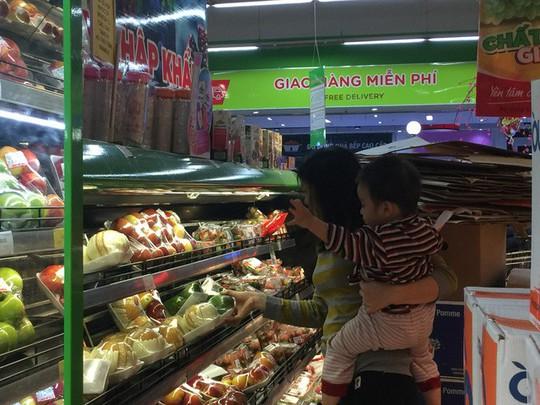 Cam, táo ngoại đồng giá 30.000 đồng/kg, người dân đổ xô mua về ăn Tết - Ảnh 6.