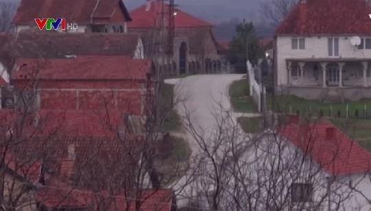 Đột nhập làng đại gia nhưng vắng bóng người ở Serbia - Ảnh 6.