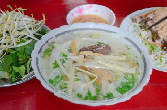 Quán bún vịt có thâm niên gần 6 thập kỷ đông nghịt khách ở Sài Gòn - Ảnh 2.