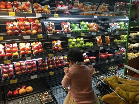 Cam, táo ngoại đồng giá 30.000 đồng/kg, người dân đổ xô mua về ăn Tết - Ảnh 7.