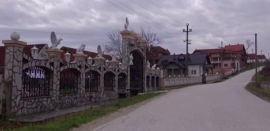 Đột nhập làng đại gia nhưng vắng bóng người ở Serbia - Ảnh 7.