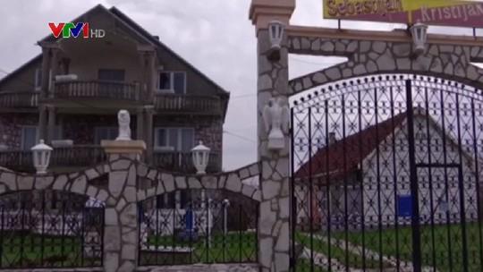 Đột nhập làng đại gia nhưng vắng bóng người ở Serbia - Ảnh 8.