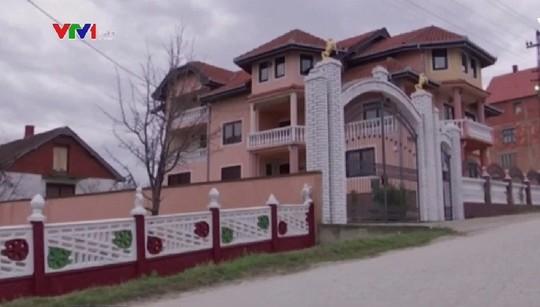 Đột nhập làng đại gia nhưng vắng bóng người ở Serbia - Ảnh 9.