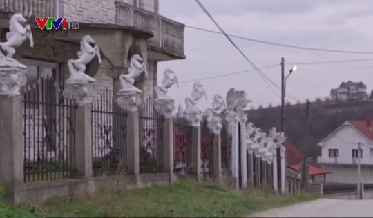 Đột nhập làng đại gia nhưng vắng bóng người ở Serbia - Ảnh 10.