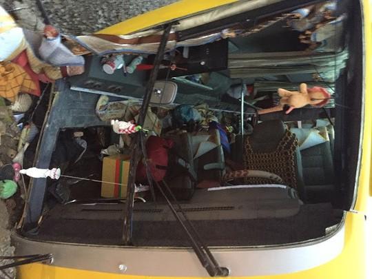 Lật xe khách chở người về quê ăn tết, trên 12 người thương vong - Ảnh 2.