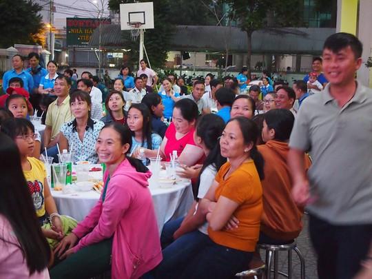 Công nhân ăn Tết Sài Gòn - Ảnh 2.
