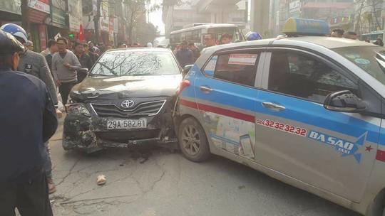 Xe Camry tông hàng loạt phương tiện giao thông khiến nhiều người bị thương - Ảnh 1.